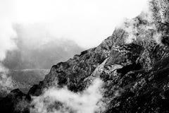 Ajardine das montanhas de Bucegi, em Romênia em um dia muito nevoento Foto de Stock