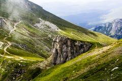 Ajardine das montanhas de Bucegi, em Romênia em um dia muito nevoento Fotos de Stock Royalty Free