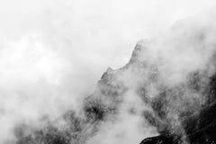 Ajardine das montanhas de Bucegi, em Romênia em um dia muito nevoento Imagem de Stock
