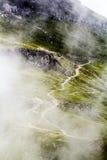 Ajardine das montanhas de Bucegi, em Romênia em um dia muito nevoento Imagens de Stock Royalty Free