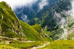 Ajardine das montanhas de Bucegi, parte de Carpathians do sul Imagens de Stock
