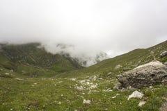 Ajardine das montanhas de Bucegi, parte de Carpathians do sul em Romênia Foto de Stock