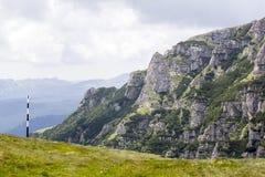 Ajardine das montanhas de Bucegi, parte de Carpathians do sul em Romênia Fotos de Stock