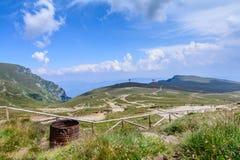 Ajardine das montanhas de Bucegi, parte de Carpathians do sul em Romênia em um dia de verão ensolarado Fotografia de Stock Royalty Free