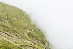 Ajardine das montanhas de Bucegi, parte de Carpathians do sul em Romênia em um dia nevoento Imagem de Stock