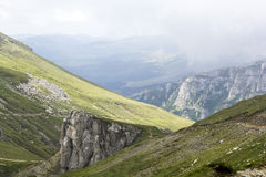 Ajardine das montanhas de Bucegi, parte de Carpathians do sul em Romênia em um dia nevoento Fotos de Stock Royalty Free