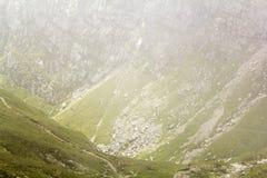 Ajardine das montanhas de Bucegi, parte de Carpathians do sul em Romênia em um dia nevoento Fotos de Stock