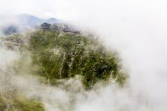 Ajardine das montanhas de Bucegi, parte de Carpathians do sul em Romênia em um dia nevoento Imagens de Stock
