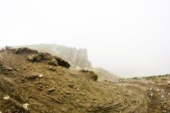 Ajardine das montanhas de Bucegi, parte de Carpathians do sul em Romênia em um dia nevoento Foto de Stock