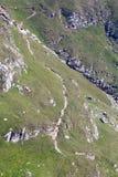 Ajardine das montanhas de Bucegi, parte de Carpathians do sul - Romênia Foto de Stock