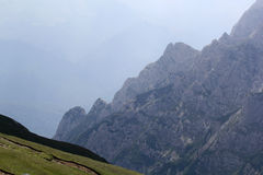 Ajardine das montanhas de Bucegi, parte de Carpathians do sul - Romênia Imagens de Stock