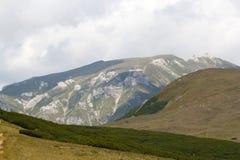 Ajardine das montanhas de Bucegi, parte de Carpathians do sul - Romênia Fotos de Stock Royalty Free