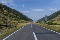 Ajardine das montanhas de Fagaras com a estrada de enrolamento de Transfagarasan em Romênia Fotos de Stock