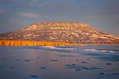 Ajardine de Hungria, de lago Balaton e de montanha Badacsony em w Foto de Stock