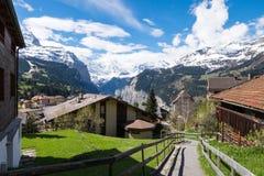 Ajardine del pueblo y de las montañas de Wengen en Lauterbrunen Imagenes de archivo