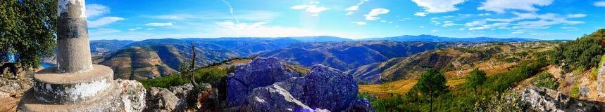 Ajardine del punto de vista de Leonardo da Galafura del sao en el valle del Duero, una de las vistas más hermosas de toda la regi fotografía de archivo libre de regalías