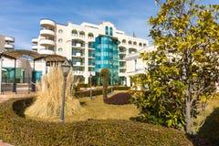 Ajardine a diversidade dos pátios internos dos hotéis de Pomorie, Bulgária Imagens de Stock Royalty Free