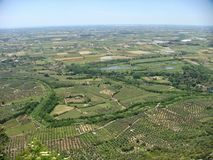 Ajardine do alto de campos cultivados tanto quanto você olho pode ver Sul de Italy Imagens de Stock