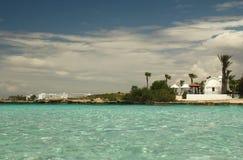 Ajardine do mar ao fundo da costa Imagens de Stock Royalty Free