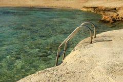 Ajardine do mar ao fundo da costa Fotos de Stock Royalty Free