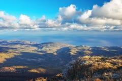 Ajardine do pico de montanha com mar e das nuvens no céu Imagem de Stock