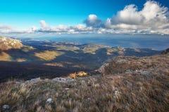 Ajardine do pico de montanha e das nuvens majestosas no céu Imagens de Stock Royalty Free