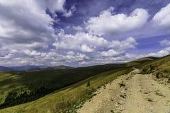 Ajardine do vale de Latoritei em montanhas romenas em um dia nebuloso Fotografia de Stock