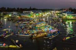 Ajardine el amanecer en el mercado flotante del río en la noche Foto de archivo libre de regalías