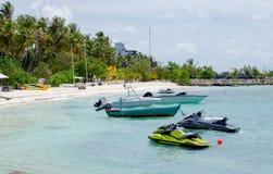 Ajardine el amarre para el barco en la isla de Maldivas fotos de archivo