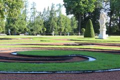 Ajardine el césped coloreado de los ciclos de la hierba con el monumento en el parque público de Eckaterinian en St Petergurg Fotografía de archivo
