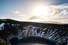 Ajardine el lago crater de Kerio, con la gente de la silueta emigrando contra luz del sol brillante Fotos de archivo libres de regalías