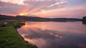Ajardine el lapso de tiempo del cielo hermoso de la puesta del sol sobre el río de Desna en Ucrania almacen de video