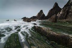 Ajardine el paisaje marino de rocas dentadas y rugosas en la costa costa con Fotos de archivo