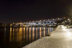 Ajardine el puente del subterráneo y del autobús sobre el río de Moscú Fotografía de archivo libre de regalías