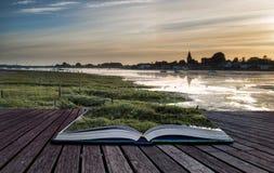 Ajardine el puerto tranquilo en la puesta del sol con los yates en la marea baja Cre Foto de archivo libre de regalías