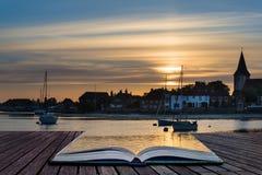 Ajardine el puerto tranquilo en la puesta del sol con los yates en la marea baja Cre Imágenes de archivo libres de regalías