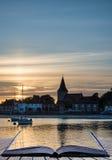 Ajardine el puerto tranquilo en la puesta del sol con los yates en la marea baja Cre Fotografía de archivo