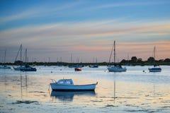 Ajardine el puerto tranquilo en la puesta del sol con los yates en marea baja Foto de archivo