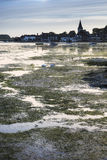 Ajardine el puerto tranquilo en la puesta del sol con los yates en marea baja Imagenes de archivo