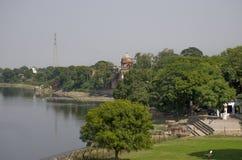 Ajardine el río cerca de Taj Mahal en la India Agra Fotos de archivo