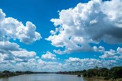 Ajardine el río con el cielo azul, paisaje hermoso imagenes de archivo