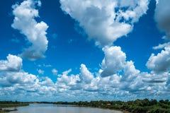 Ajardine el río con el cielo azul, paisaje hermoso fotos de archivo libres de regalías