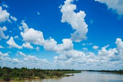 Ajardine el río con el cielo azul, paisaje hermoso foto de archivo