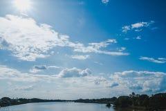 Ajardine el río con el cielo azul, paisaje hermoso foto de archivo libre de regalías