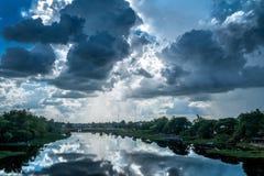 Ajardine el río con las nubes de lluvia, paisaje hermoso imagenes de archivo