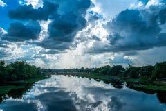 Ajardine el río con las nubes de lluvia, paisaje hermoso fotografía de archivo