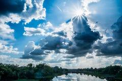 Ajardine el río con las nubes de lluvia, paisaje hermoso, Th del río de la luna foto de archivo libre de regalías