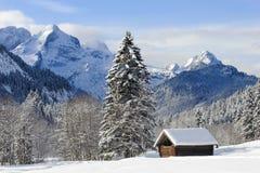 Ajardine em Baviera com a cabana alpina no inverno Imagens de Stock