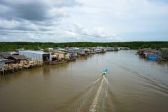 Ajardine em Ca Mau com o barco de madeira que corre ao longo da vila de flutuação no delta de Mekong, Vietname sul Imagens de Stock