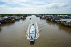 Ajardine em Ca Mau com o barco de madeira que corre ao longo da vila de flutuação no delta de Mekong, Vietname sul Fotografia de Stock Royalty Free